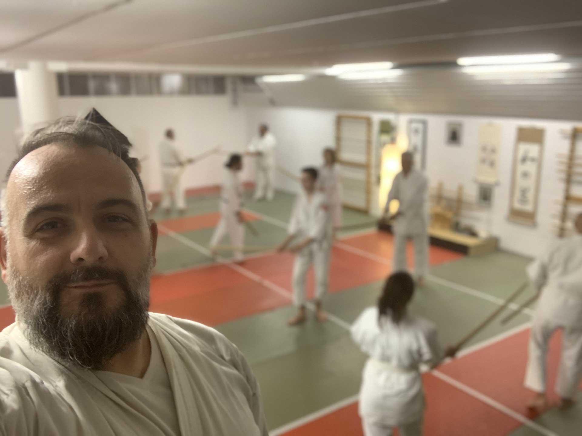 Fabio Ramazzin fa lezione di spada bokken nel suo dojo di cardano al campo palestra di arti marziali