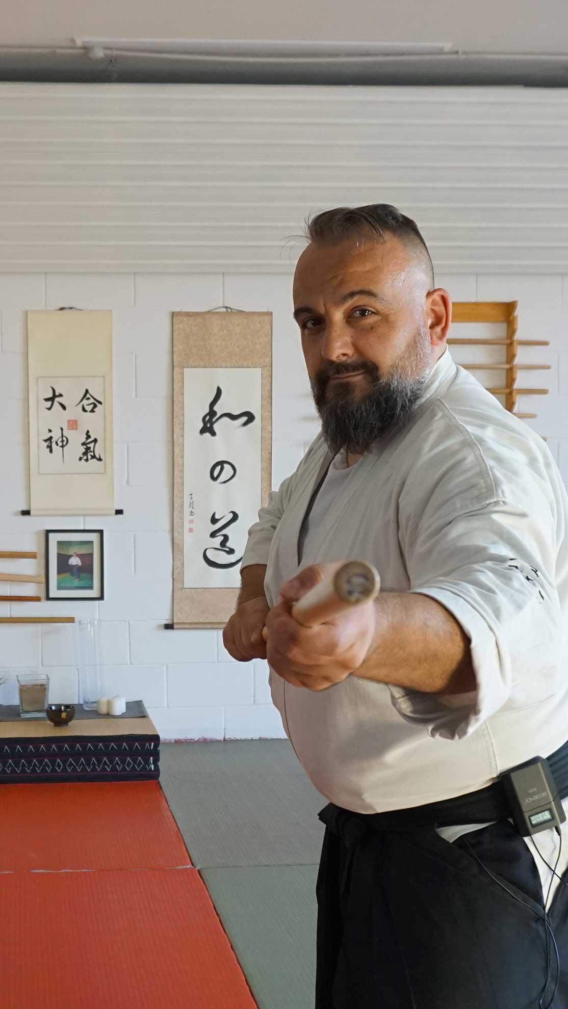 fabio Ramazzin in tsuki no kamae con il bastone di aikido